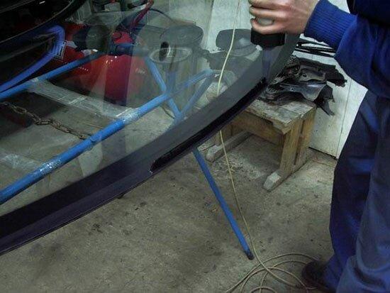 Чем приклеить лобовое стекло своими руками