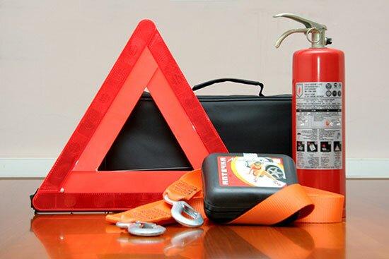 Что положить в багажник: Знак аварийной остановки, огнетушитель, аптечка