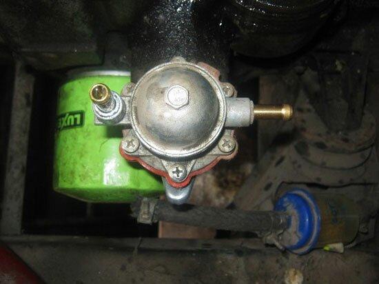 Снимите шланги топливопровода со штуцеров
