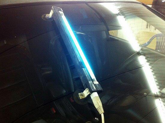 Используя УФ-лампу подсушиваем трещину