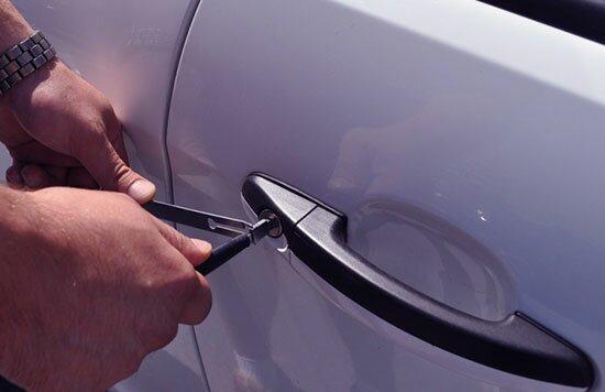 Как открыть двери в авто если машина захлопнулась