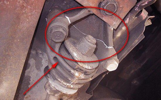 Трещина в крепеже нередко становится причиной замены краба